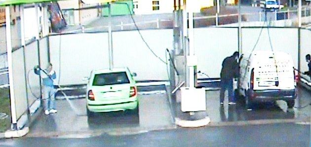Drzého zloděje, který na čerpacích stanicích okrádal řidiče u myček, natočila bezpečnostní kamera přímo v době, kdy se dobýval do bílé dodávky (vpravo).