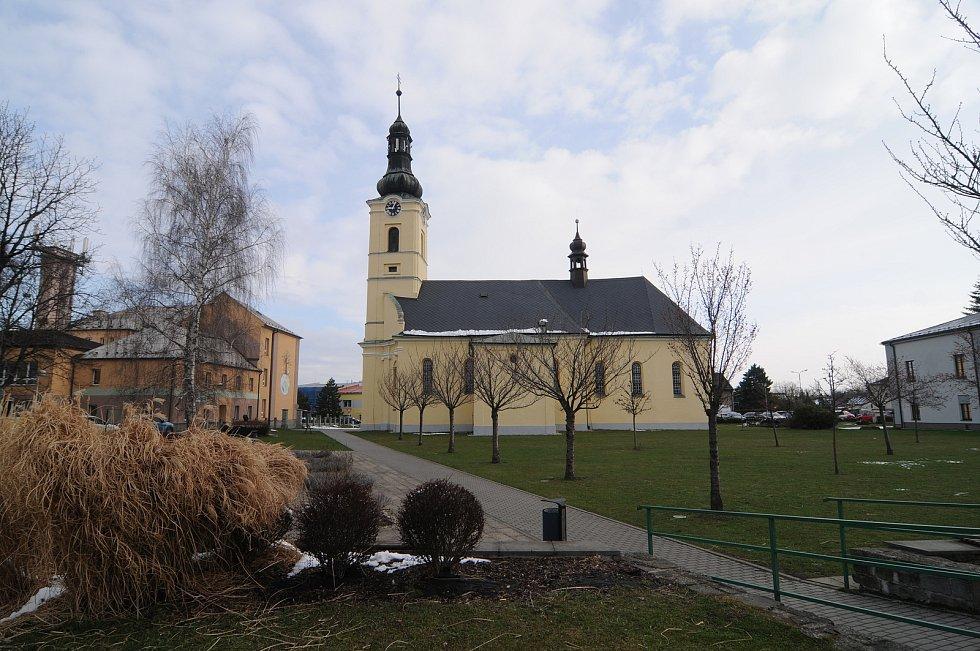 Kostel sv. Jiří představuje dominantu obce.