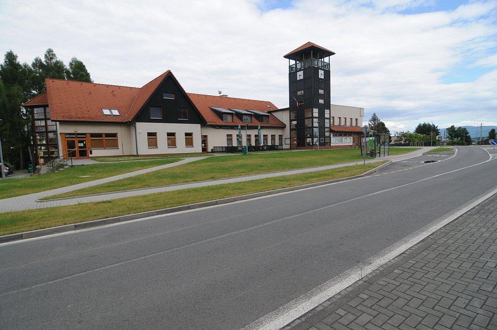 Centrum obce tvoří restaurace Nová Husarůvka, obecní úřad a vyhlídková věž.