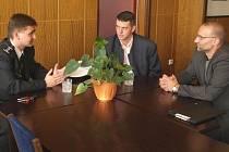 Ředitel služby dopravní policie Policejního prezidia České republiky Martin Červíček (na snímku vlevo) na schůzce s okresním ředitelem policie ve Frýdku-Místku Tomášem Václavíkem a vedoucím odboru dopravní policie krajské správy Jiřím Zlým (uprostřed).