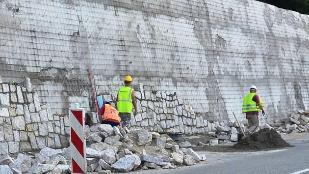Oprava opěrných zdi v Třinci před nádražím.