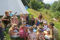Indiánské pokřiky, ale i písničky zněly včera dopoledne u týpí v Hrádku. Vlevo s kytarou hlavní vedoucí příměstského tábora Barbora Kowalczyková.