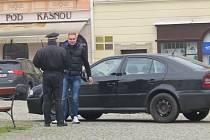Strážník právě domlouvá řidiči, který zaparkoval uprostřed náměstí poblíž kašny. Podobný prohřešek řeší frýdecko-místečtí strážníci velmi často. Archivní foto.