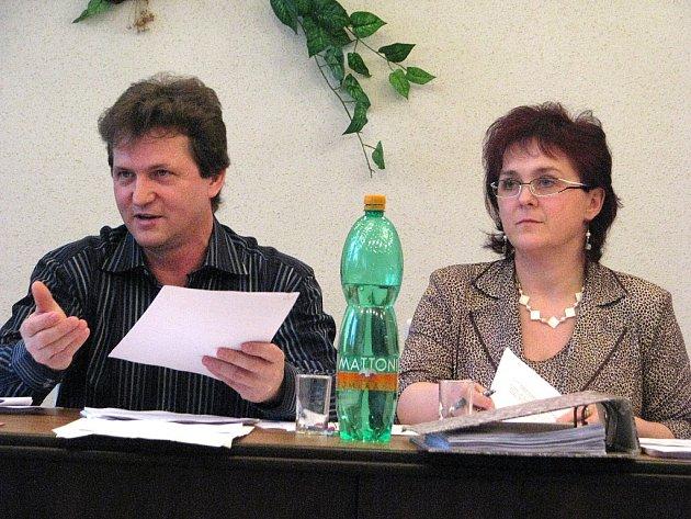 """Rok 2009, z něhož je tento archivní snímek, sehrál v kauze """"neexistujícího"""" účtu klíčovou roli. Na snímku Dagmar Malíková (tehdy Molinová), vedle ní tehdejší místostarosta Ignác Krawiec."""