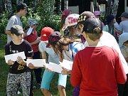 Městská policie ve Frýdku-Místku pořádá letní tábor pro děti pravidelně. Snímek zachycuje hru Truhla rychtáře Kotrby.