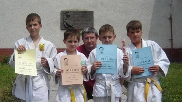 Úspěšní judisté. Zleva stojí Martin Jašůrek, Tomáš Zika, trenér Lubomír Černý, Jakub Cudzik a Patrik Pavlas.