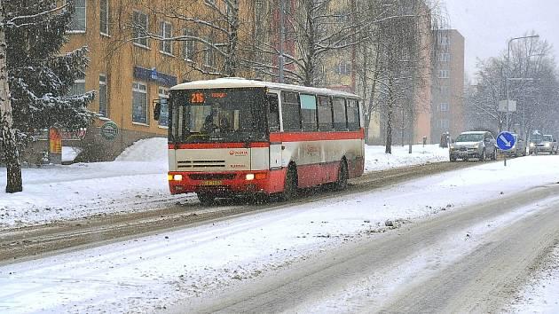 V centru Třince nejsou přívaly sněhu ničím výjimečným, silnice však bývají sjízdné. Horší je to na hlavním tahu I/11, po kterém i v zimě jezdí tisíce kamionů denně.