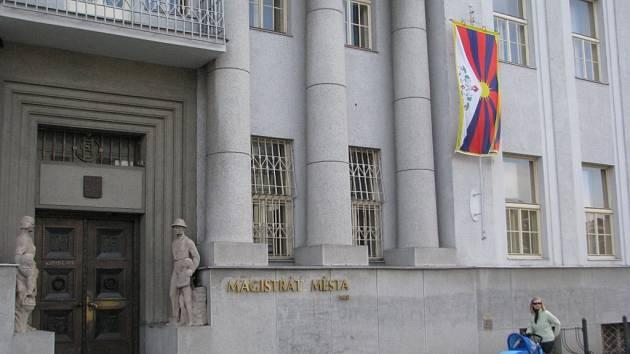 Solidaritu s Tibeťany v úterý opět vyjádřily stovky českých měst a obcí vyvěšením tibetské vlajky. V rámci celosvětové kampaně Vlajka pro Tibet si lidé připomínají, že komunistická Čína tady už padesát let beztrestně porušuje lidská práva.