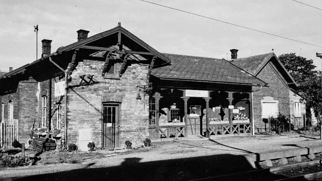 Nejstarší nádraží v Hrádku. Postaveno bylo při výstavbě Košicko-bohumínské dráhy. Stávalo ještě v roce 1975, z tohoto období je fotografie, pořízena Janem Heczkem z Hrádku.