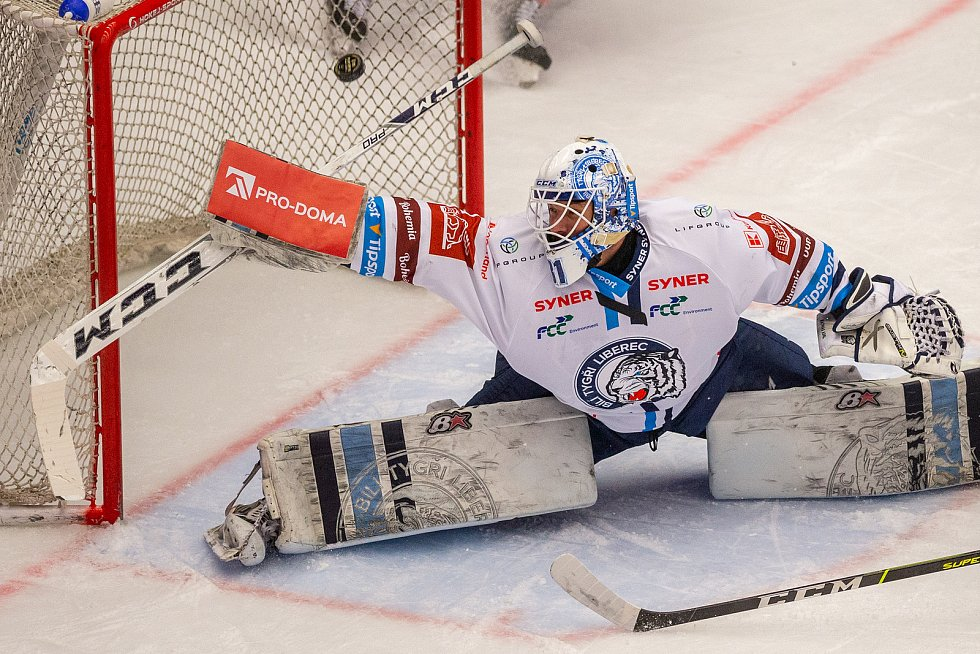 Finále play off hokejové Tipsport extraligy - 1. zápas: HC Oceláři Třinec - Bílí Tygři Liberec, 18. dubna 2021 v Třinci. Brankář Liberce Jaroslav Pavelka.