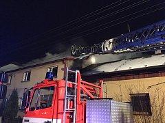 Požár střechy domu v Paskově.