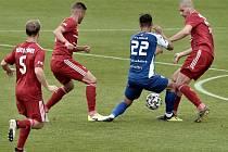Páteční dohrávkou Třinec - Vlašim (v modrém) skončila druhá fotbalová liga.