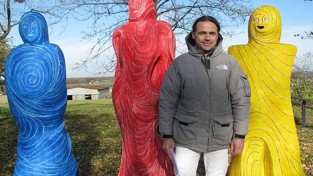 """Emil Adamec u svých dřevěných plastik """"tří králů"""", které byly k vidění v neděli v Sedlištích."""
