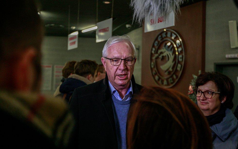 Kandidát na prezidenta ČR Jiří Drahoš se svou manželkou zavítal na hokejový zápas mezi HC Oceláři Třinec a JYP Jyväskylä