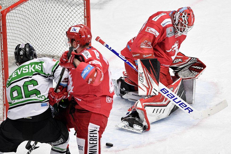 Semifinále play off hokejové Tipsport extraligy - 7. zápas: HC Oceláři Třinec - BK Mladá Boleslav, 15. dubna 2021 v Třinci. (zleva) Maris Bičevskis z Mladé Boleslavi, Tomáš Marcinko z Třince a brankář Třince Ondřej Kacetl.