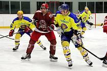 Hokejisté Frýdku-Místku (v tmavém) svého soupeře jasně přestříleli. Zápas ale zlomili až ve třetí třetině. Archivní snímek.