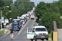 U restaurace Napoleon v Oldřichovicích se v úterý ráno stala vážná nehoda, silnice byla desítky minut zcela neprůjezdná. Kolony se táhly přes Kamionku, ze směru od Frýdku-Místku dokonce až k Ropici.