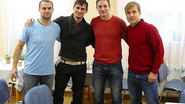 Darovat krev přišli také hokejisté týmu Oceláři Třinec. Zleva: Daniel Seman, Peter Hamerlík, Lukáš Zíb a Jiří Polanský.