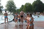 Letní aquapark ve Frýdku-Místku se v sobotu slušně plnil už od rána.