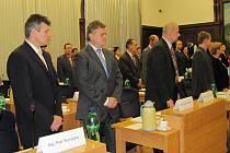 Frýdecko-místečtí zastupitelé. Druhý zleva je předkladatel návrhu registru smluv Martin Špetla.