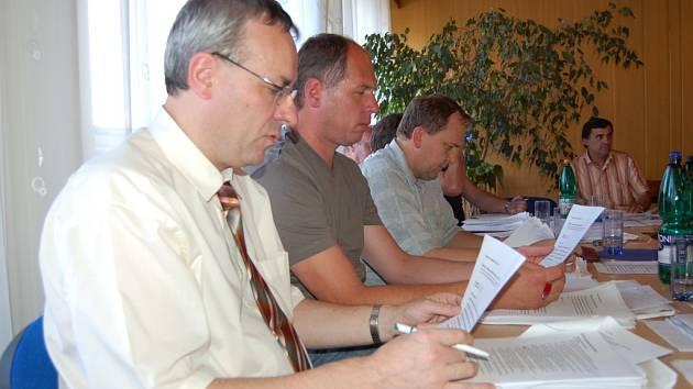 Jiří Carbol (vlevo) na archivním snímku během jednání zastupitelů v Dobré.