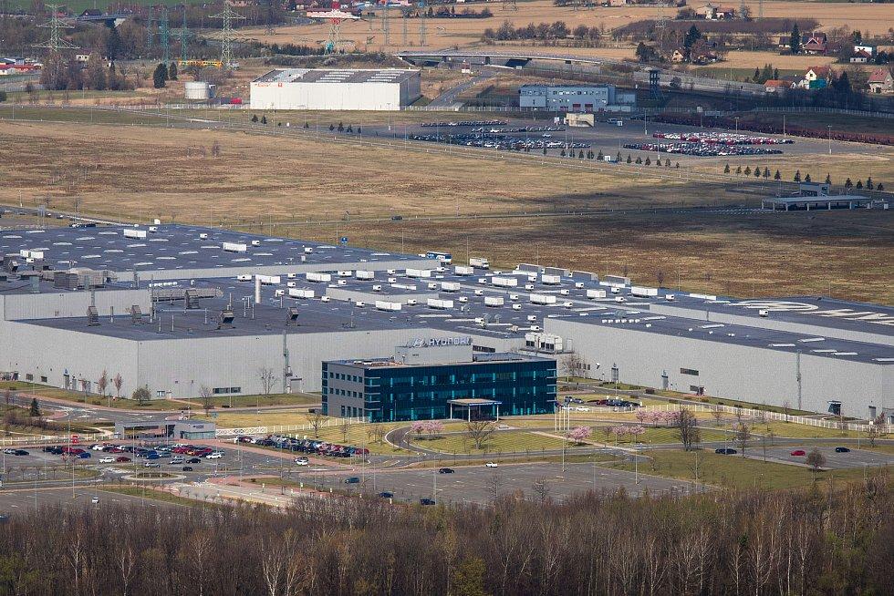 Cesta na Prašivou, 10. dubna 2020 v Beskydech. Automobilový výrobní závod Hyundai v Nošovicích.