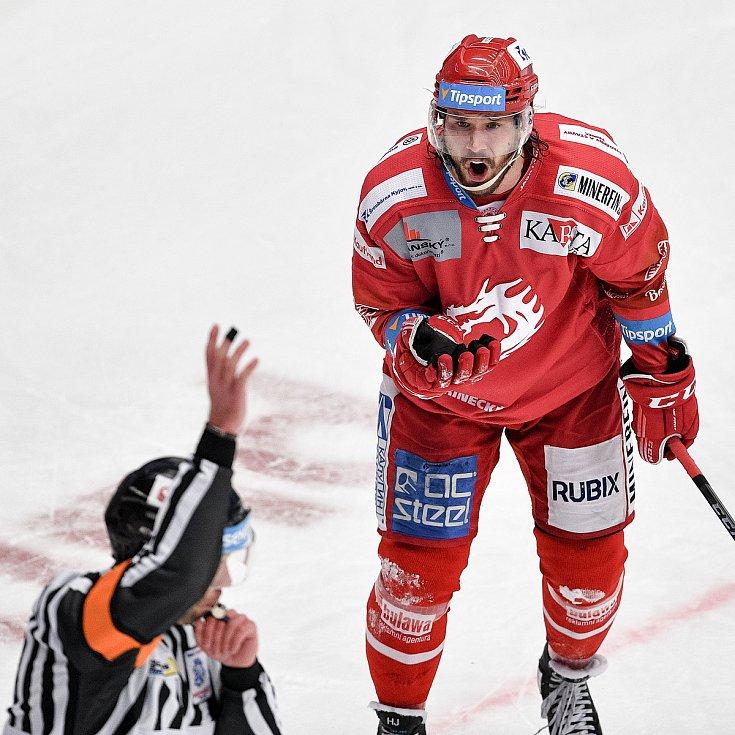 Semifinále play off hokejové Tipsport extraligy - 7. zápas: HC Oceláři Třinec - BK Mladá Boleslav, 15. dubna 2021 v Třinci. (vpravo) Tomáš Kundrátek z Třince reaguje na vyloučení.