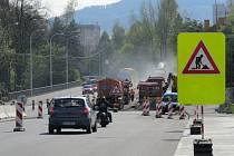 Dopravu komplikuje současná oprava mostu přes řeku Ostravici.