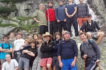 Chlapecký tým ŠSK Beskydy na soustředění. Snímek pochází z Mlýnické doliny pod vodopádem Skok.