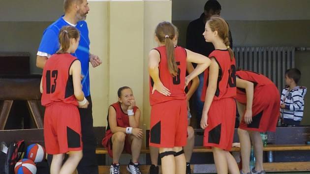 Time-out družstva starších minižákyň U13, ke kterým promlouvá trenér Ivo Částek.