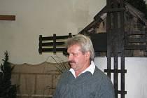 Josef Polák na říjnové výstavě v Neborech. V pozadí větrný mlýn, který vytvořil společně se svým bratrem.