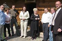 Starostové z Jablunkovska se v pátek 16. září sešli v Dolní Lomné. S poslankyní Janou Drastichovou (čtvrtá zleva) jednali o několika tématech, mimo jiné o pralese Mionší.