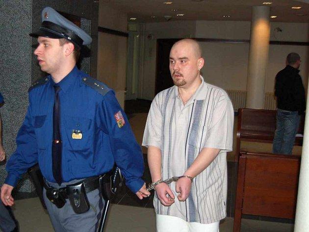 Pavel Kochaň přichází k jednání okresního soudu.