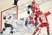 Utkání 2. kola hokejové extraligy: HC Oceláři Třinec - HC Plzeň (10. září 2017), brankář Plzně Miroslav Svoboda, proti němu Daniel Rákos a Martin Růžička.