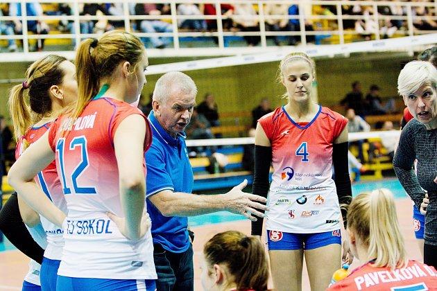 Frýdecko-místecký trenér Leopold Tůma udílí pokyny svým svěřenkyním.