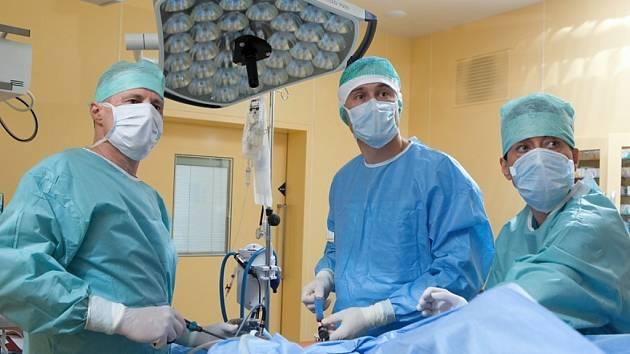 Lékaři Nemocnice ve Frýdku-Místku provedli operaci, při které použili v Česku unikátní postup problém dvaašedesátileté ženy odstranili kompletně laparoskopicky.