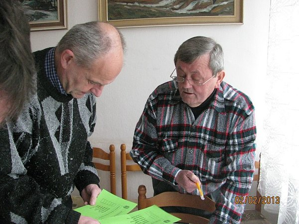 Volební komise právě sčítá hlasy. Vlevo člen volební komise Vladimír Šmíd a vpravo předseda VK Jaroslav Ramík.