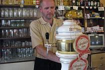 Vít Lanča za pípou minipivovaru v hukvaldské části Dolní Sklenov.