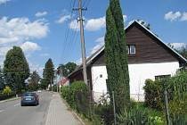 V tomto rodinném domku u hlavní silnice v Pržně zemřela dvaatřicetiletá matka čtyř dětí. Policisté hledají 39letého Petra Golu, podle nich by k případu mohl mít zásadní informace.