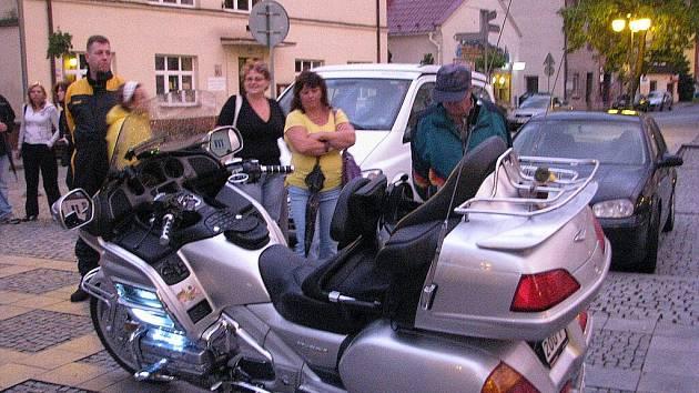 Motorkáři se v rámci srazu Těžká vozba v pátek 27. srpna zastavili na své večerní projížďce na Náměstí ve Frýdlantu nad Ostravicí.