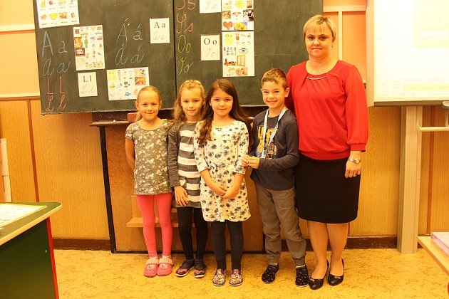 Prvňáčci ze základní školy vNošovicích. Třídní učitelkou je Marie Švrčková. Zleva: Vanesa Dedková, Adéla Křivíková, Bára Olšarová, Adam Bařina.