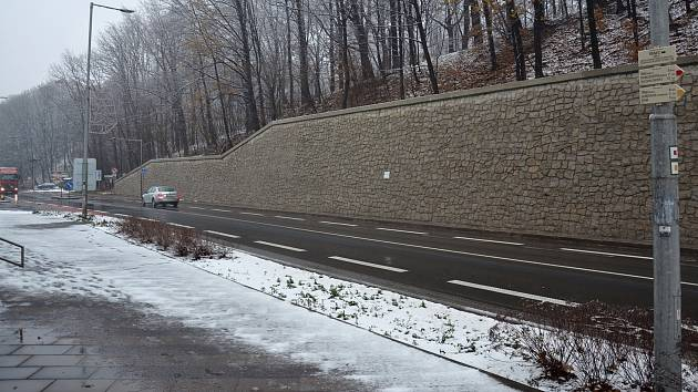 Modernizace se dočkaly i tři nevzhledné opěrné zdi naproti nádraží ČD v Třinci.
