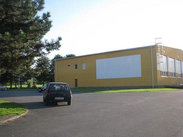 Občané Palkovic si oblíbili letní kino, které se nachází u fotbalového hřiště. Promítá se na bílou plochu stěny místní tělocvičny.