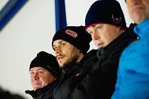 Tomáš Kundrátek (uprostřed) se vrací do Třince.