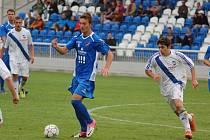 Frýdecko-místecký středopolař Václav Mozol (vpravo) se podílel na nedělní výhře svého týmu dvě- mi gólovými přihrávkami. Ilustrační foto.