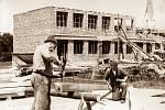 Loni uplynulo 65 let od zahájení stavby základní školy v Janovicích. Škola byla postavena za velké pomoci místních občanů formou bezplatných brigádnických hodin. Chyběla hlavně tělocvična, která byla dostavěna až v roce 1991.Děti do té doby cvičily v pros