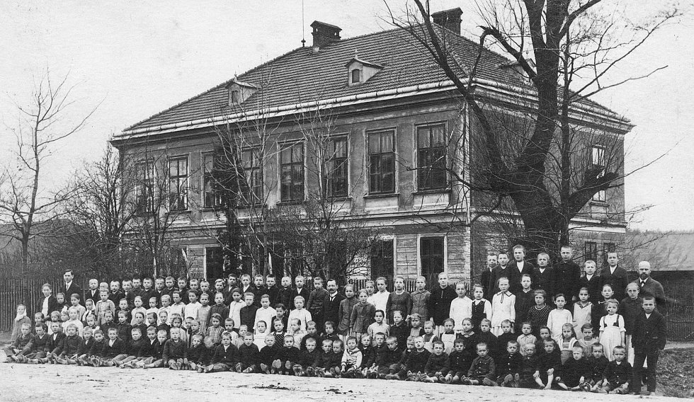 Polská škola slavila dvacet let svého trvání v nové budově. Bylo to v roce 1915. U vchodu do školy byly na počest tohoto výročí slavnostně vysazeny dva duby. Říká se, že jeden byl evangelický a druhý katolický.