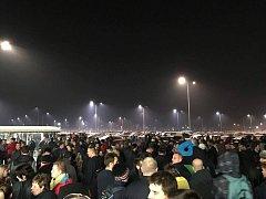 Zhruba tisícovka lidí musela stát venku před závodem.