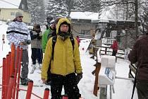 Milovníci lyžování si přišli na své v areálu Sviňorky na Morávce. Neodradilo je ani chvílemi husté sněžení.