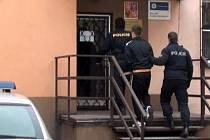 Díky profesionalitě třineckých strážců zákona, které pachatel nezmátl ani tím, že se při útěku převlékl, byl zločinec asi do hodiny dopaden. Nakonec skončil v třinecké policejní cele.